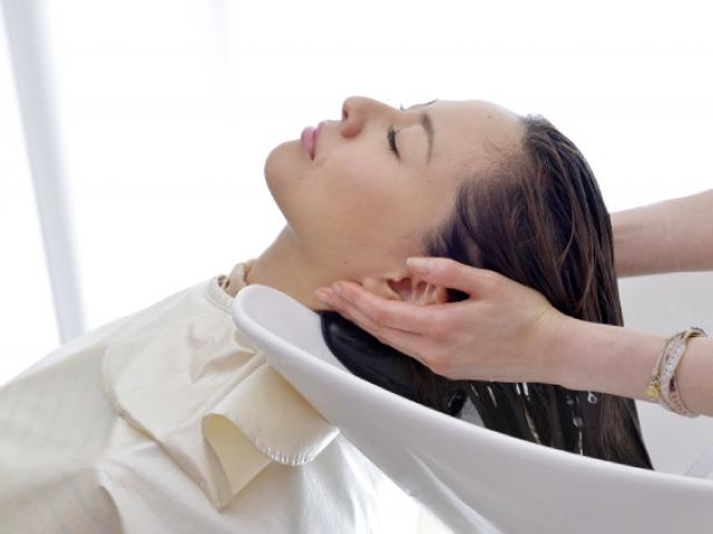 シャンプーでは落としきれない汗や皮脂などの頭皮の汚れを落とします。